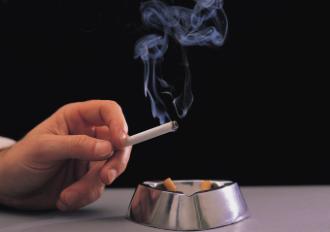 hand-mit-brennender-zigarette-146970-large-1